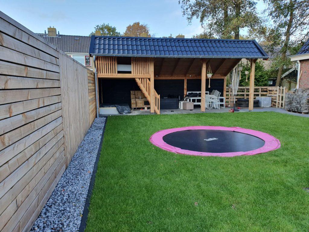 Rottevalle tuin met trampoline en kapschuurtje 5