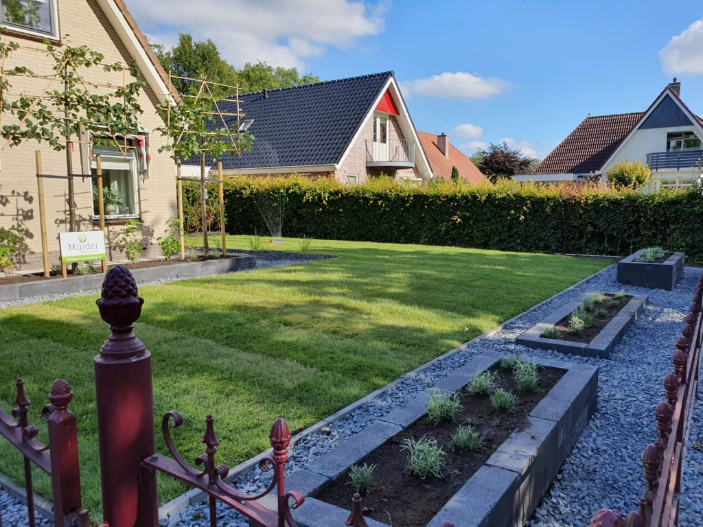 Sumar compleet nieuwe tuin met grote schuur en overkapping 2